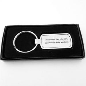 Laserkaiverrus avaimenpera tekstilla