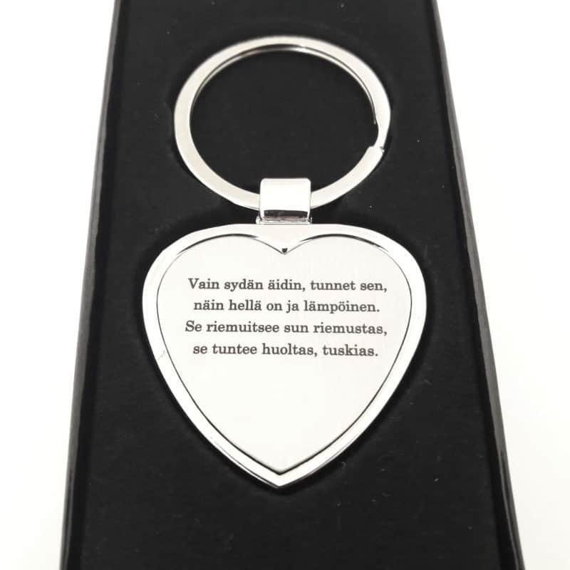 Sydamen muotoinen avaimenpera omalla tekstilla