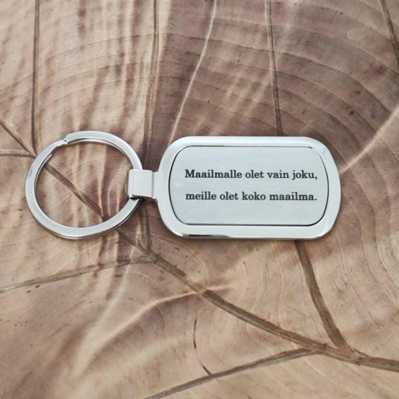 Omalla tekstilla avaimenpera lahjaksi