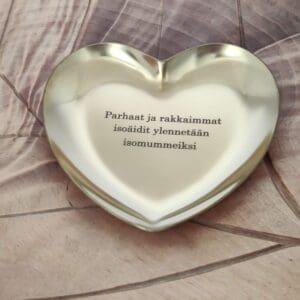 Omalla tekstilla nimikoitu sydan lahjaksi