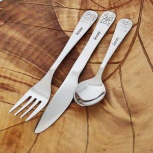 Haarukka, veitsi ja lusikka, joissa nallen kuvan ja nimi Jenny.