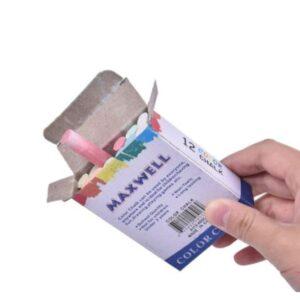Käsi pitää erivärisiä liituja paketissa