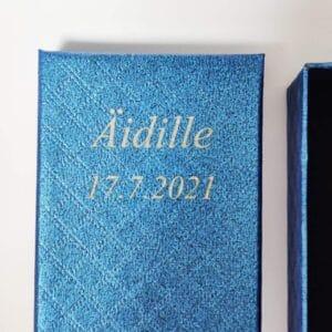 Sininen korurasia, jossa tekstinä Äidille 17.7.2021