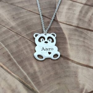 Hopean värinen panda kaulakoru, korussa lukee nimi Aaro.