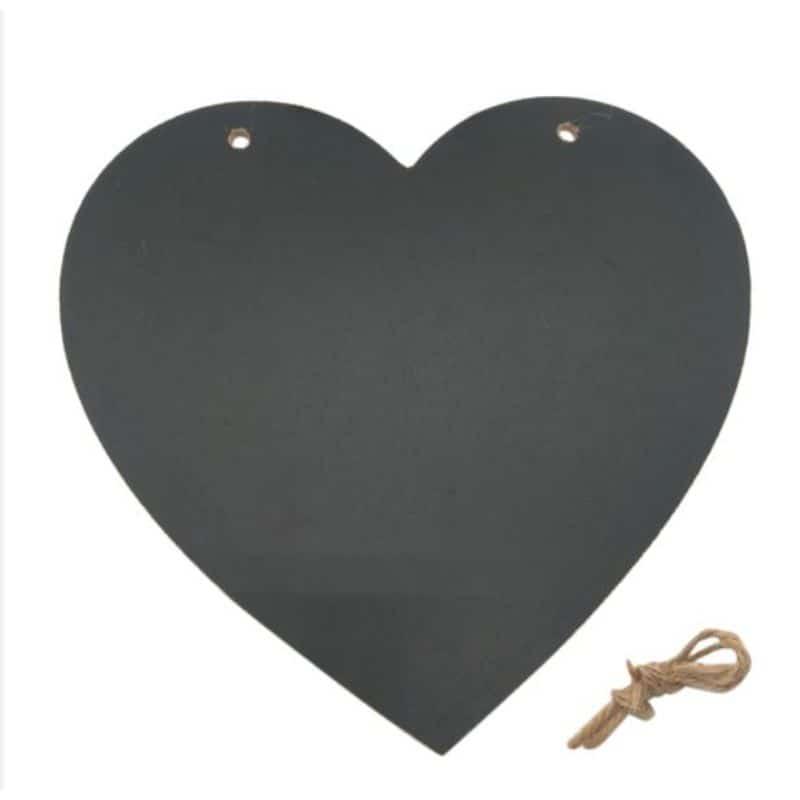 musta sydämenmuotoinen liitutaulu jossa ylhäällä reiät taulun ripustamista varten, ruskea ripustusnaru vieressä