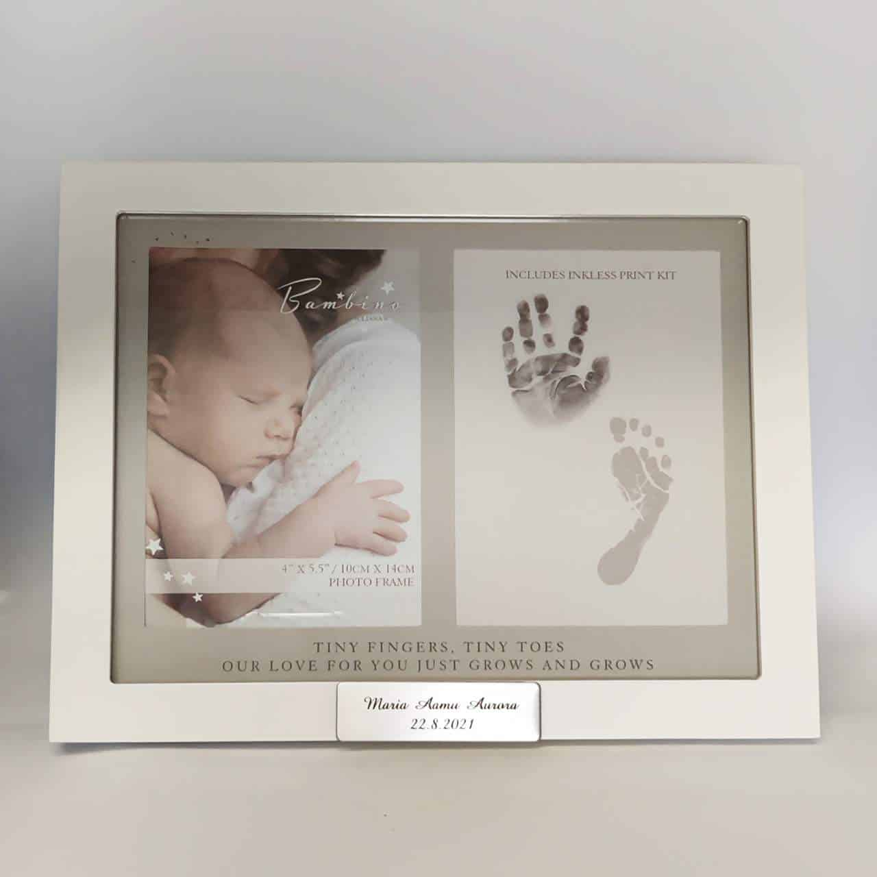 valkoinen valokuvakehys, johon saa vauvan valokuvan sekä käden- ja jalajäljen