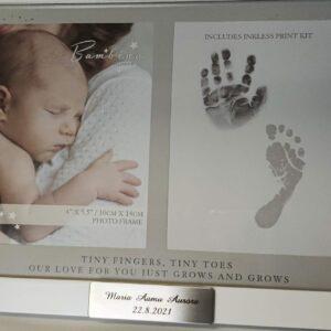valokuvakehys, johon saa vauvasta valokuvan sekä käden- ja jalajäljen