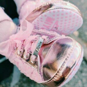 Vaaleanpunaiset kengat nimella
