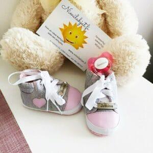 Vaaleanpunaiset kangas kengät nimellä
